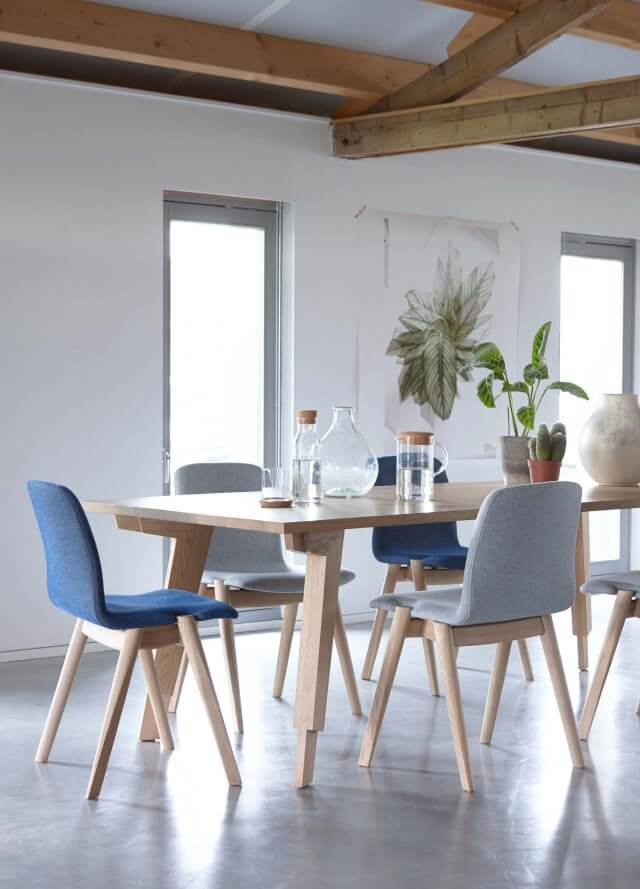Swan table with Hole chairs